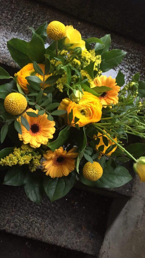 Tæt blomsterbuket i gule farver
