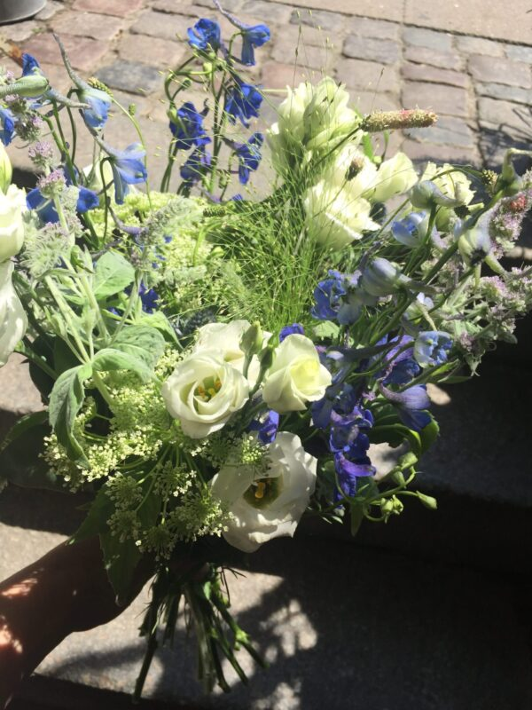 luftig hvid og blå blomsterbuket