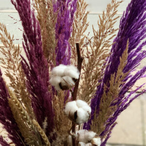 Evighedsbuket i natur og lilla høj luftig blomsterbuket af tørret blomster
