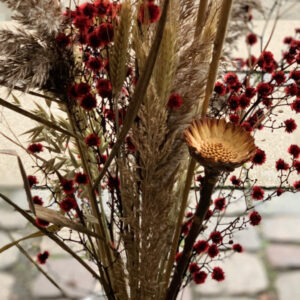 Evighedsbuket i natur med et strejf af rød luftig buket