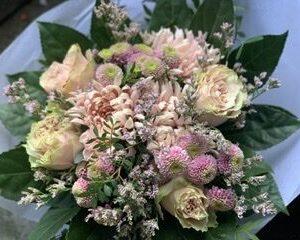 Blomsterbuket floristens valg, tæt buket i lyserøde farver