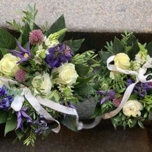 mor og barn blomsterbuket, lilla og hvide farver