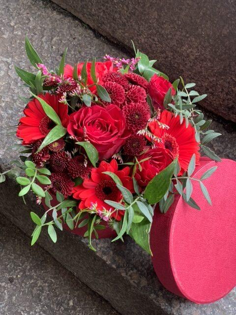 Blomster i æske røde afskåret blomster i hatte æske