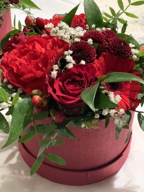 Blomster i æske rød og hvid